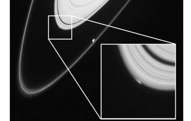 Можно было наблюдать, как естественный спутник сформировался на одном из ледяных колец и ученые никак не могут понять, что послужило толчком к этому.