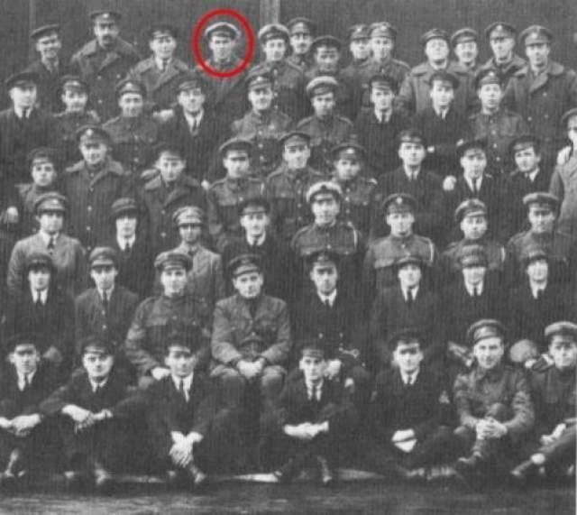 Эскадрон сэра Годдара (1919, опубликовано в 1975 году) На первый взгляд в это групповом снимке эскадрона Годдара, воевавшего во время первой мировой войны, нет ничего особенного. Однако, стоит присмотреться к самому верхнему ряду, где за спиной одного из офицеров отчетливо видно лицо человека.