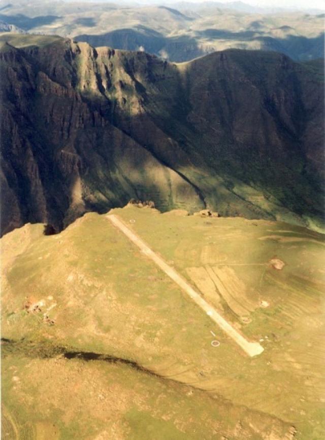 В список вошли воздушные гавани четырех континентов: Азии, Африки, Европы и Южной Америки. Взлетно-посадочная полоса аэропорта Матекане в Лесото составляет лишь 400 метров, а ее конец располагается на самом краю 600-метровой пропасти. На фото: ВПП в Матекане, Лесото