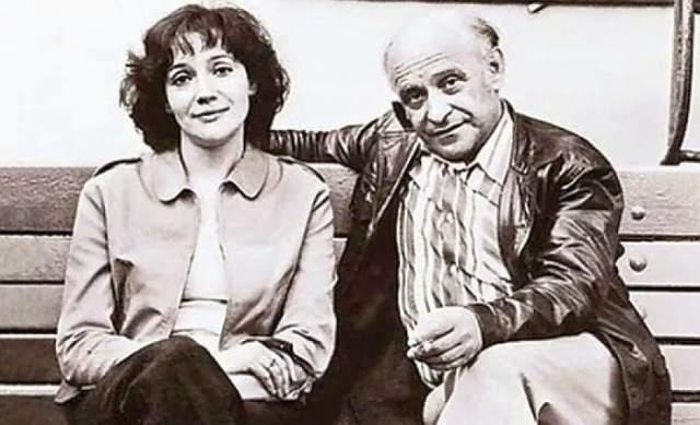 """Елена Санаева, вдова Ролана Быкова, 76 лет. Они познакомились на съемочной площадке фильма """"Докер"""" (1973). Известный артист, а также ловелас и сердцеед - таким он был до встречи с ней. Но увидев Елену, - хрупкую, изящную, со стройными худенькими ногами, он влюбился навсегда. Через год после знакомства он предложил ей свою руку и сердце, но поженились они только спустя 13 лет."""