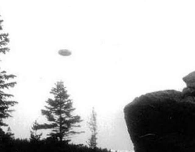 Этот снимок, якобы, НЛО был сделан в Чаплинкете, Польша в 1947 году. Фотограф неизвестен.