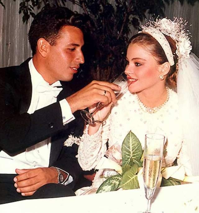 """София Вергара, 46 лет. Исполнительница главной роли в ситкоме """"Американская семейка"""" выскочила замужем уже к 18 годам, а сына родила в 19. Спустя два года они с Джо Гонзалезом развелись, и сейчас колумбийская актриса воспитывает ребенка одна."""