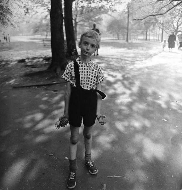 Мальчик с гранатой. Кадр сделала Диана Арбус, русская еврейка, а перед объективом — Колин Вуд, сын знаменитого теннисиста-любителя, участник игр в Уимблдоне Сидни Вуда.