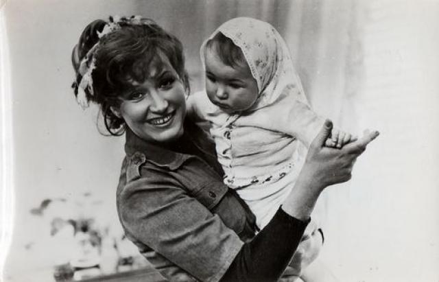 Будучи замужем за артистом, Алла официально носила фамилию Орбакене, но выступала под своей девичьей фамилией. В браке с Миколасом у Пугачевой родилась Кристина.