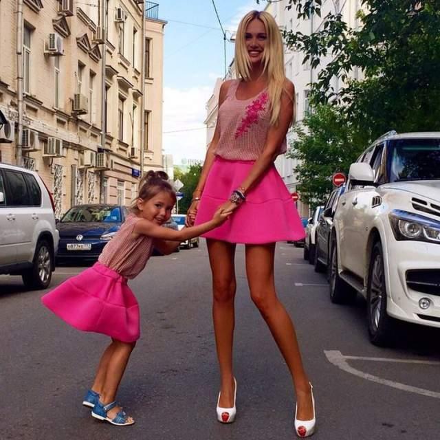 Виктория Лопырева В разных годы СМИ приписывали Виктории отношения, пожалуй, с любыми представителями сильного пола, попадавшими в ее поле зрения, включая Александра Овечкина, шофера Александра Резника. Но одним из самых известных стал роман с певцом Владом Топаловым. Увы, но отношения исчерпали себя через год. В 2013 году Виктория вышла замуж за футболиста Федора Смолова, увы, но развод не заставил себя долго ждать - уже в 2015 году пара подала на развод. Далее был Николай Басков, но и он быстро пропал из поля зрения модели.