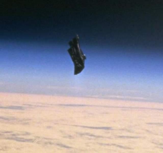 """Черный рыцарь - 11 декабря 1998 Существует легенда, что вокруг Земли летает спутник, получивший название """"Черный рыцарь"""", который способен принимать и отправлять сигналы. О его происхождении мало что известно."""