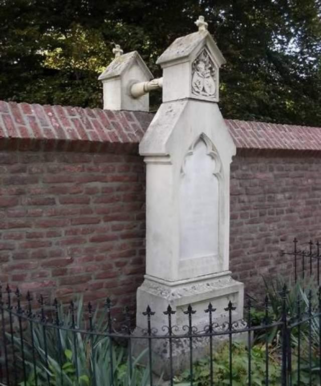 А две руки соединяют могилы через стену.