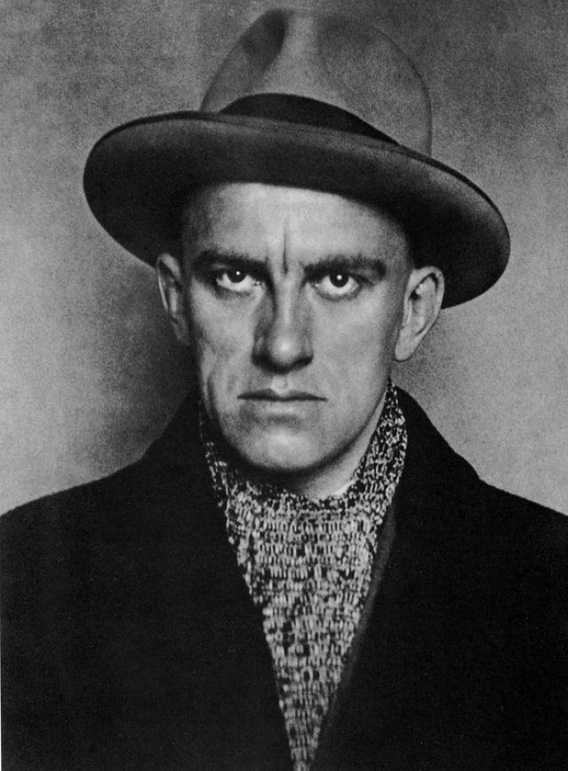 14 апреля 1930 года Маяковский выстрелил себе в грудь. Свидетелем этого самоубийства стала Вероника Полонская (кстати, мать и сестры Маяковского обвиняли именно ее в смерти сына).