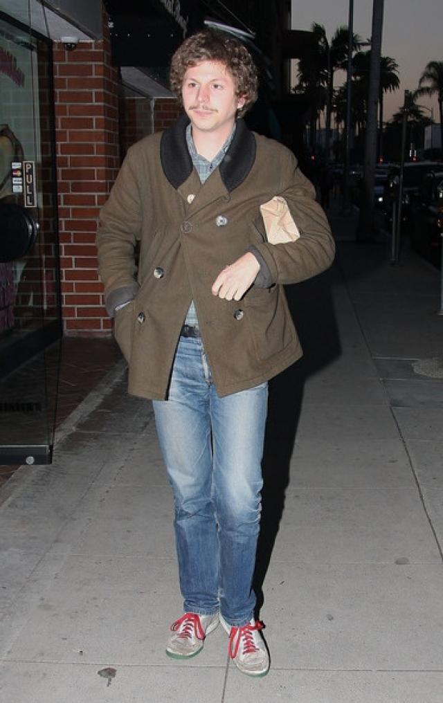 Майкл Сера , видимо, по ошибке надел дедушкину курточку.