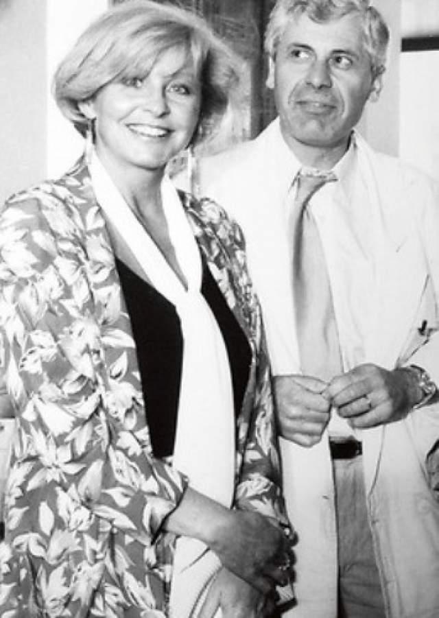 """.Ангелину все ласково называли """"Вовка"""", и она не обижалась. Она всегда была веселой, доброй, легкой, общительной и простой. """"Без преувеличения, в нее были влюблены все мужчины Центрального телевидения. Но Лина пришла на ТВ уже замужней женщиной """", - писали современники о Вовк. Она вела традиционно """"Песню года"""" с Евгением Меньшовым. Фестиваль закрыли в 1991 году."""