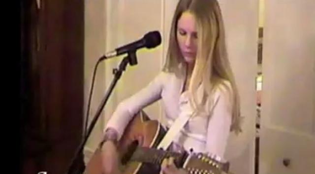 В этом же возрасте будущая знаменитость стала осваивать игру на гитаре и писать собственные песни.