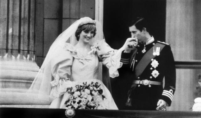 Леди Диана - принц Чарльз - Камилла Паркер-Боулз. Диана познакомилась с принцем, когда ей было всего 16, а у Чарльза был роман с ее старшей сестрой Сарой. 6 февраля 1981 года Диана приняла предложение принца, а уже 29 июля они обвенчались в соборе святого Павла.