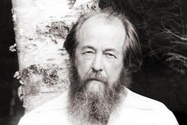 Александр Солженицын Русский писатель, драматург, публицист, поэт, общественный и политический деятель, живший и работавший в СССР, Швейцарии, США и России. Лауреат Нобелевской премии по литературе 1970 года. Диссидент в течении нескольких десятилетий.
