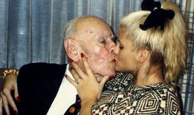 """В какой-то степени из-за этой борьбы вдова """"подсела"""" на антидпрессанты. В 2006 году разбирательства наконец-то были завершены в пользу Анны Николь, но победа была омрачена гибелью ее сына Дэниела от передозировки лекарствами, а через несколько месяцев и сама Смит повторила смерть сына."""