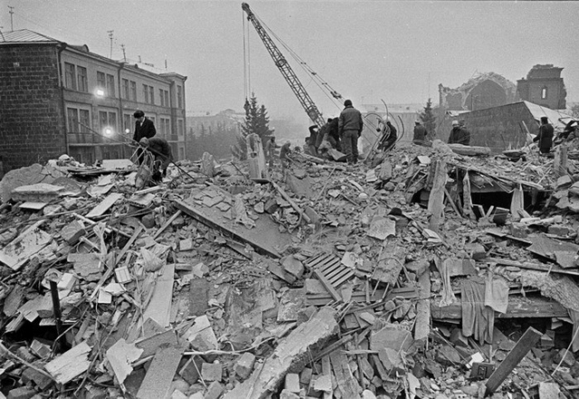 Стихия уничтожила несколько сотен школ и детских садов, более 400 поликлиник и больниц, 230 промышленных предприятий, 600 километров автодорог и 10 километров железнодорожных путей.