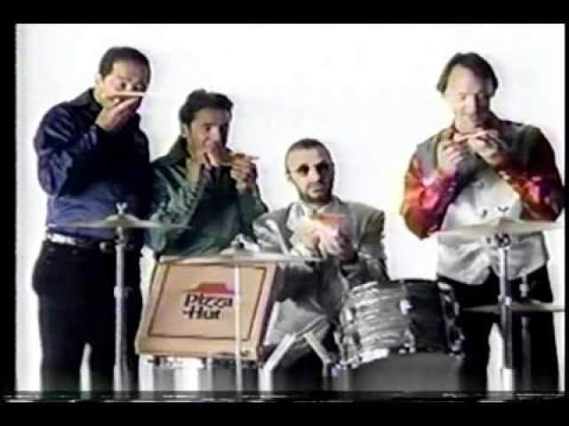 Ринго Старр и группа The Monkees с аппетитом поедали пиццу от Pizza Hut, причем прямо с барабанов.