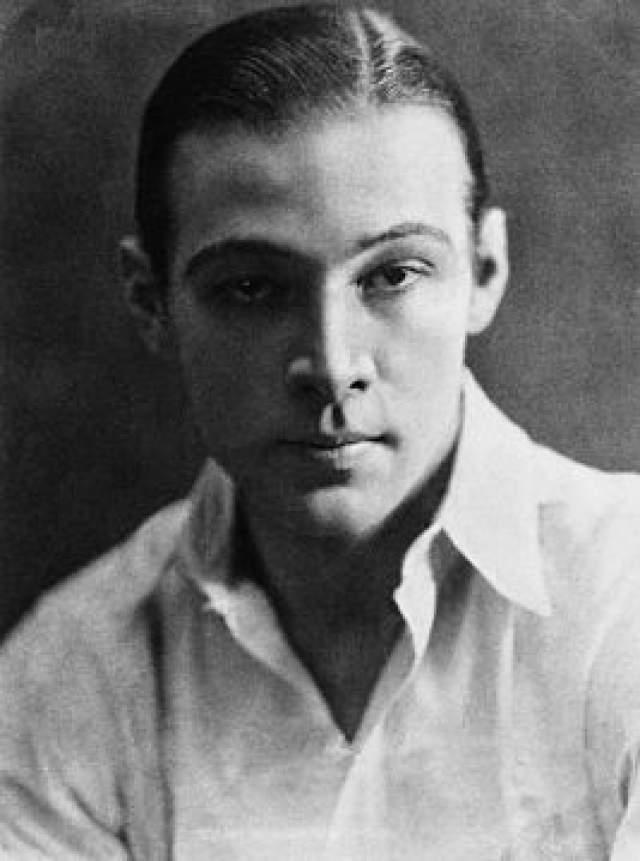"""Рудольф Валентино, 1895-1926. """"Латинский любовник"""" начал свою карьеру как танцор танго в Италии. Но в партнерши он выбирал себе исключительно состоятельных женщин. Однако путь жиголо закончился внезапно - после скандала из-за судебного иска, в котором Рудольфа обвиняла в убийстве."""