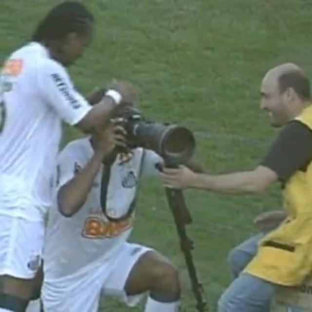 """Игрок бразильского """"Сантоса"""" Борхес , поразив ворота соперников, позаимствовал фотоаппарат у одного из журналистов на боковой линии и сфотографировал празднующие фанатские трибуны."""
