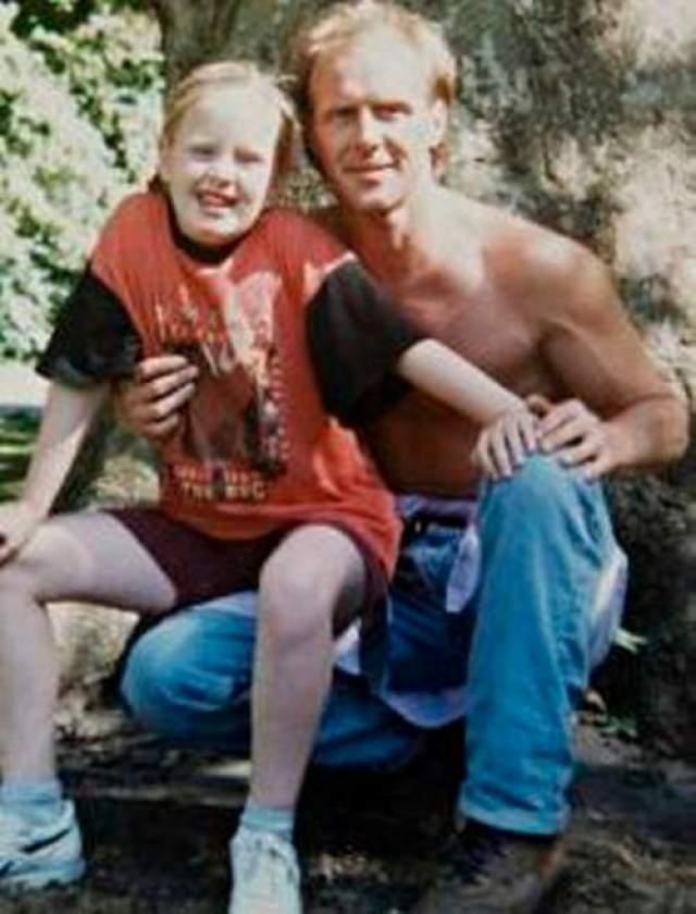 Адель У певицы всегда были сложные отношения с отцом Марком Эвансом, но когда тот за крупную сумму рассказал журналистам грязные подробности своих отношений с матерью Адель, полностью оборвала с ним все связи.