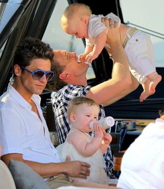 """12 октября 2010 года у звезды сериала """"Как я встретил вашу маму"""" и американского актера Дэвида Бартки, от суррагатной матери родились двойняшки, девочка и мальчик."""