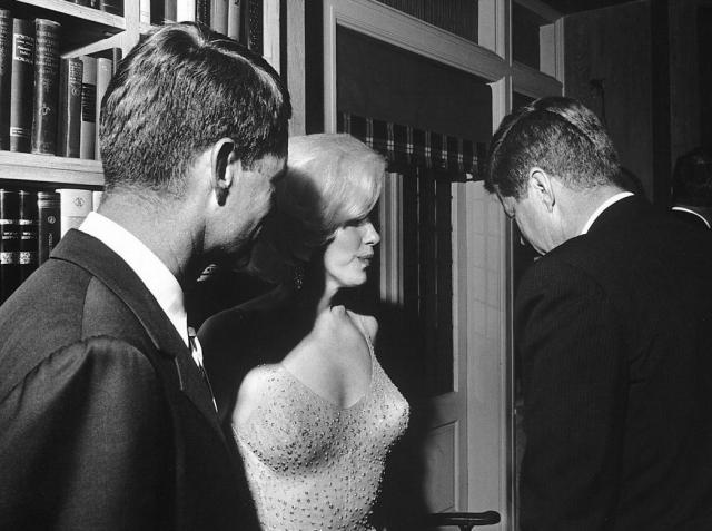 Джон Кеннеди был страстным поклонником творчества Мерилин, и ее большой плакат даже висел у него в рабочем кабинете. Он часто брал Монро с собой на званые ужины, причем его официальная жена Жаклин на подобных мероприятиях появлялась довольно редко.