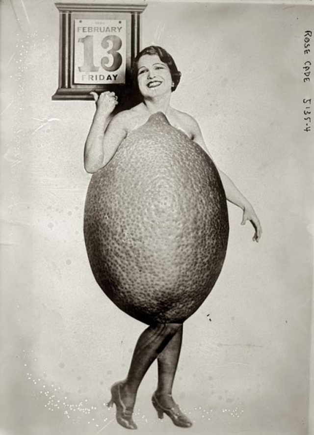 """А эта улыбчивая красотка стала победительницей такого незатейливого конкурса как """"Мисс Лемон"""" в 1920 году.Вероятно, лишь она одна смогла вместить себя в костюм."""