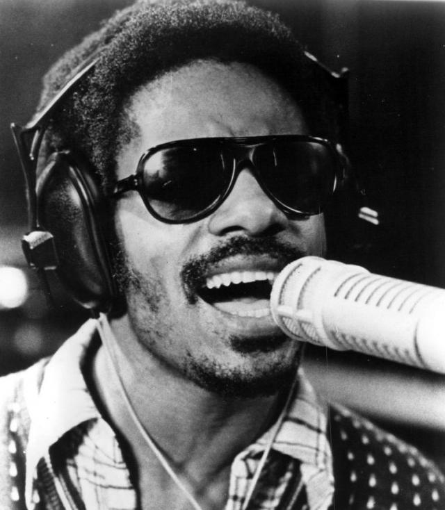 Стиви Уандер. Американский слепой соул-певец, композитор, музыкальный продюсер, оказавший огромное влияние на развитие музыки XX века, 25-кратный лауреат премии Грэмми.