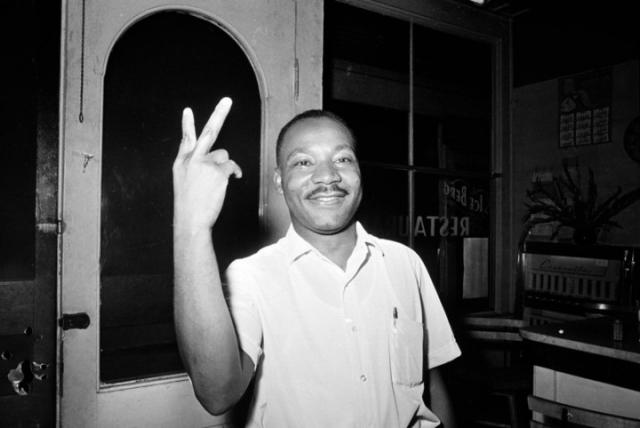 Но на самом деле, пальцев было два и жест был более чем дружелюбный. Оригинал фотографии это подтверждает.