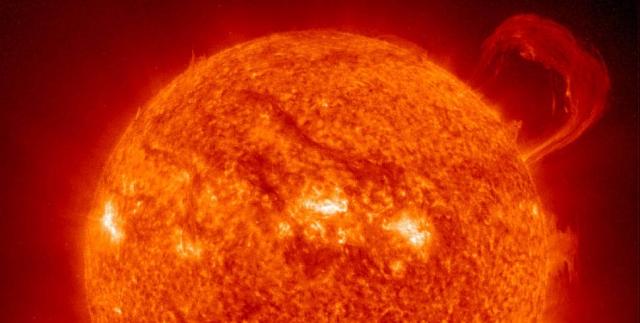 """Протуберанец. Изображение этого огромного протуберанца было получено в 1999 г., с помощью ультрафиолетового телескопа, установленного на борту космического аппарата """"SOHO""""."""