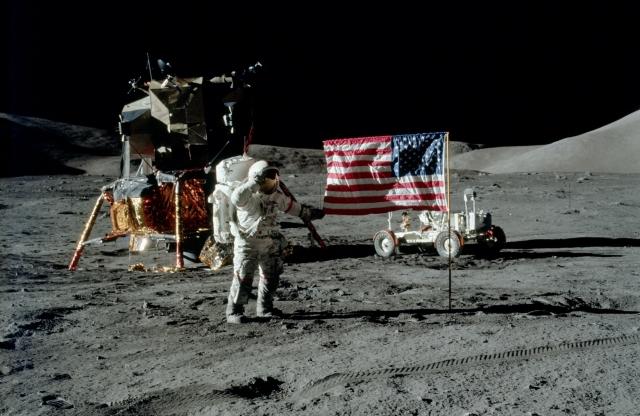 Установка американского флага - фото знаменитое еще и горячими спорами вокруг его достоверности.