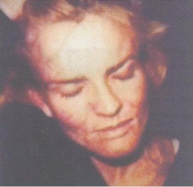 Тела при этом были сильно изувечены: голова Николь Браун-Симпсон была отделена от тела, ее лицо было сильно изуродовано колотыми ранами, а мужчина получил ряд смертельных ранений в шею, грудь и живот.