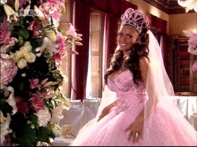 """Кэти Прайс. Британская модель, певица и телезвезда была почетным обладателем трофея """"самое худшее свадебное платье"""" трижды."""