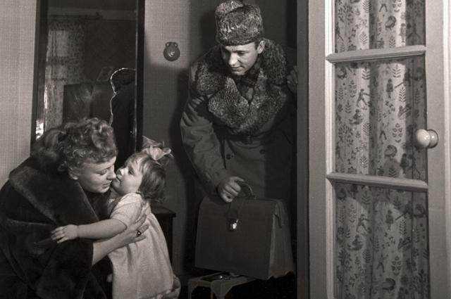 В один прекрасный день Переверзев сбежал в Москву и женился на другой. Когда об этом узнал Рыбников, то сразу же примчался со съемок к Алле и сделал предложение. Алла согласилась, а Рыбников всю жизнь растил ее дочь как родную.