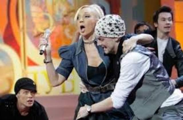 """Позднее пресса выяснила, пообщавшись с танцевальным коллективом исполнительницы, что у Орбакайте был роман с одним из танцоров """"Тодеса"""" - Василием Руткой. И их-то и застал ревнивый супруг вместе - и они были заняты отнюдь не репетицией номера."""