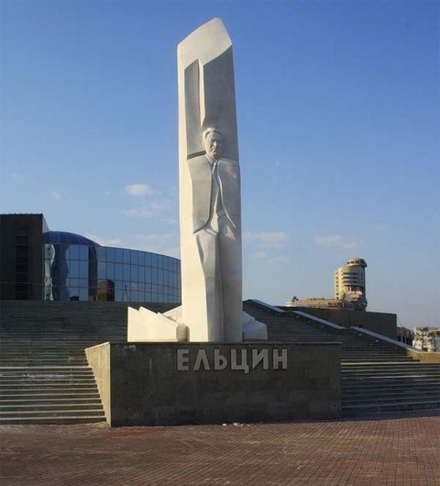 1 февраля 2011 года в честь 80-летия со дня рождения первого президента России Бориса Ельцина на его родине в Екатеринбурге был торжественно открыт 10-метровый памятник.