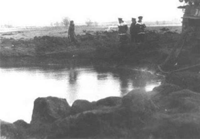 Утром 12 апреля сотрудники милиции обнаружили в пойме реки Цны, в 800 метрах от железной дороги и нефтебазы, воронку правильной круглой формы, диаметром до 30 и глубиной до 4 метров. На самом дне, в центре6 виднелся холмик с вогнутыми склонами. Диаметр его составил около 12, а высота - более 1,5 метра. Поданным санитарно-эпидемиологической станции, радиационный фон воронки не превышал нормы. Невероятной силой вырвало и разбросало огромные глыбы грунта, они улетели на расстояние до 200 метров.