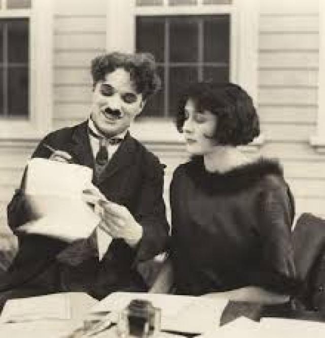 Ему было 35 лет, когда он женился на Лите Грей, ей было 16. После развода в 1928 году Чаплин выплатил Лите рекордную для того времени сумму - $825 тыс., что стало причиной расследования налоговых служб.