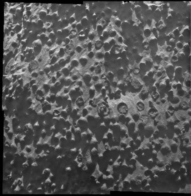 """Еще более странная фотография была сделана в 2012 году. Марсоход наткнулся на странные шарообразные структуры диаметром около 3 миллиметров, чем-то напоминавшие """"чернику"""". Ученые НАСА предположили, что это подобная шарообразная форма камней - результат возможного прошлого присутствия воды на планете."""