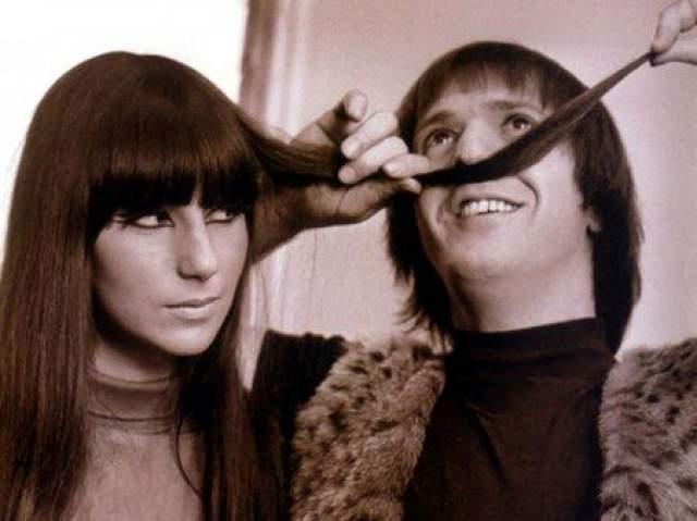 Избранником юной звездочки стал Сонни Боно. Он был старше ее на 11 лет, но они были дико счастливы и стали невероятно популярны на собственном телевизионном шоу.
