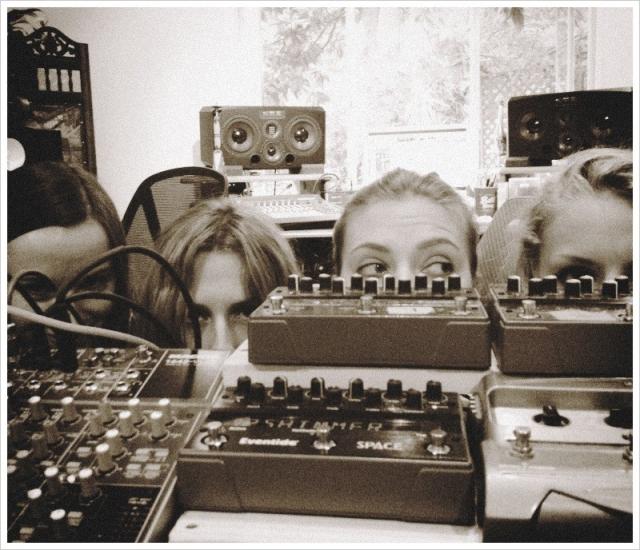 У Скарлетт даже есть своя музыкальная группа The One and Only Singles, с которой она записала несколько дисков.