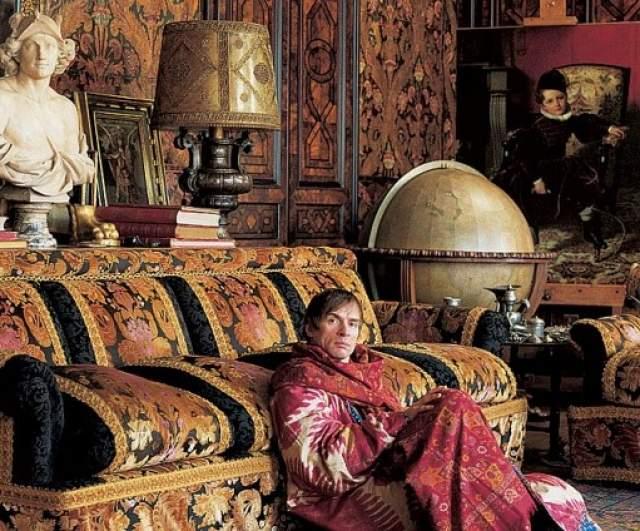 На фото Нуреев в своей квартире в Париже.