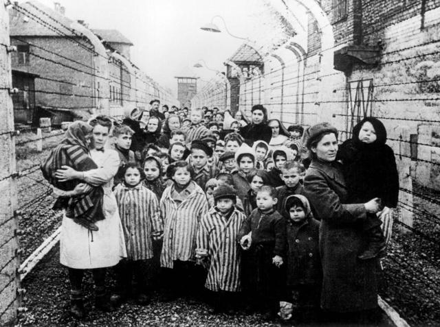 В каждом вагоне находилось от 50 до 100 человек. Около 70 % всех привезенных евреев отправлялись в газовые камеры в течение нескольких часов.