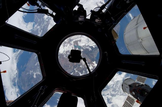 """Владимир Воробьев , доктор медицинских наук и старший научный сотрудник центра РАМН, утверждает следующее: """"Но, видения и другие необъяснимые ощущения на космической орбите, как правило, не мучают космонавта, а доставляют ему своеобразное удовольствие, не смотря на то, что вызывают страх..."""