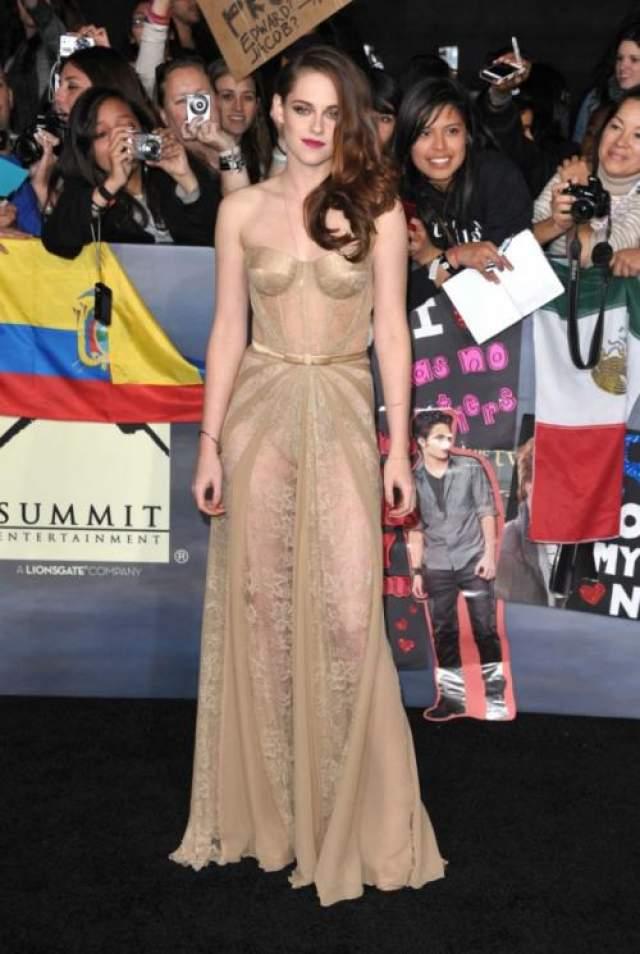 Такие звезды как Кристен Стюарт все таки еще пытаются прикрыть все свои прелести за чуть просвечивающимися нарядами.