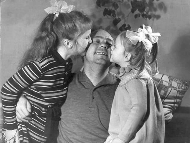 Николай Рыбников с дочерьми Аришей и Аленой.