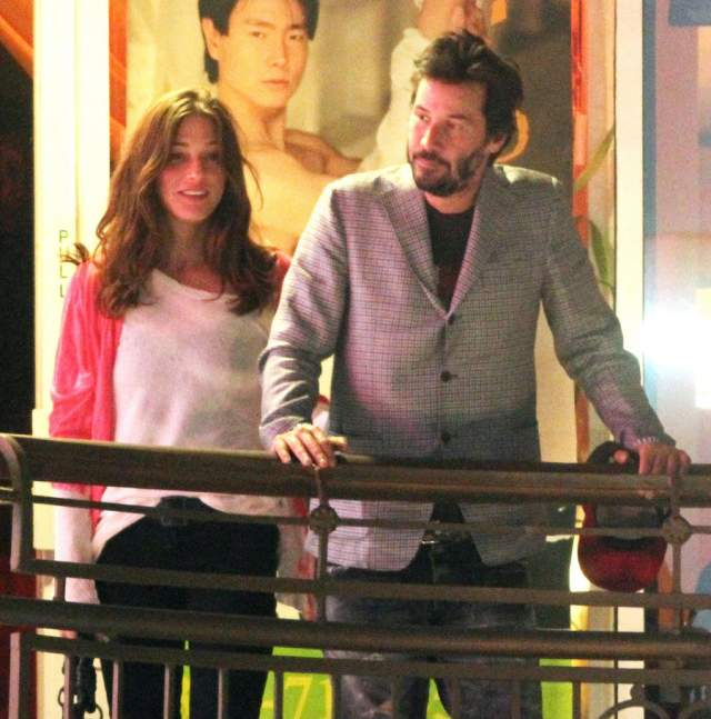 В октябре 2007 года актера поймали в компании дочери известных сценаристов Нэнси Мейерс и Чарльза Шайера, юной Хелли Мейерс-Шайер. Пара была вместе целых два года, но затем расстались. После этого Киану, по слухам, заводил краткосрочные романы с актрисами Паркер Поузи и Тринни Вудолл.