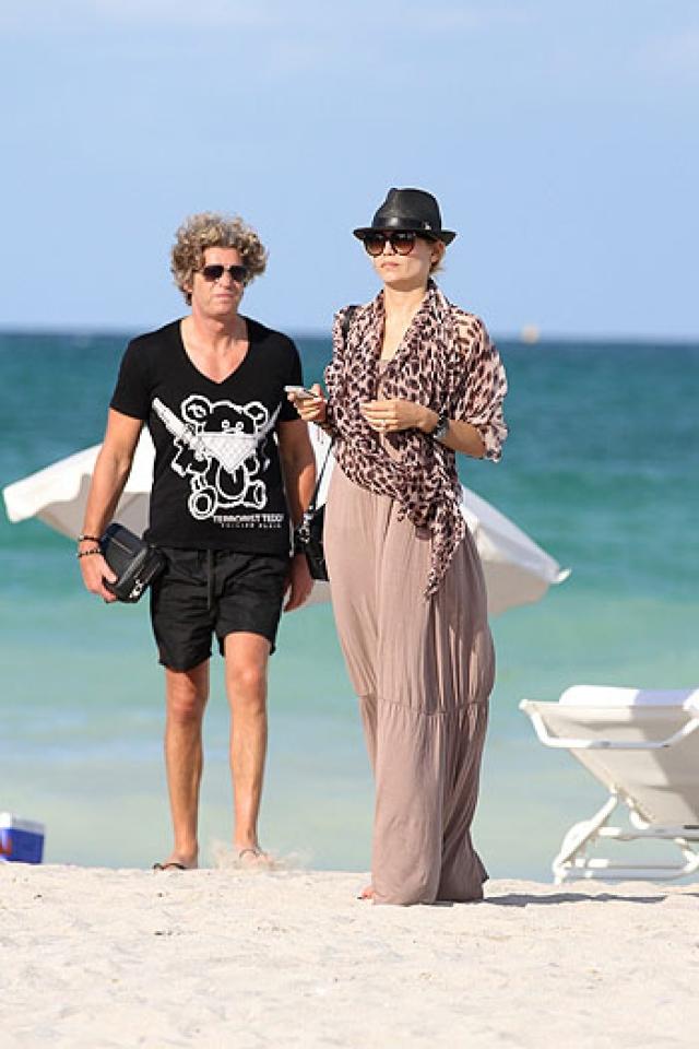 Судьба свела начинающую модель с седовласым голландским бизнесменом, который окружил юную красавицу не только любовью, но и роскошью.