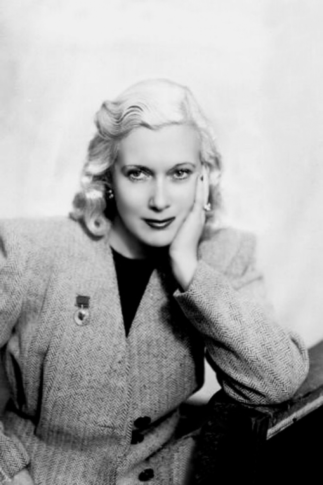 """Орловой, блиставшей в театре, пробиться в кино получилось не сразу: когда она в 1931 году впервые пришла на кастинг, режиссер, заявил, что на экране маленькая родинка у нее на носу """"превратится в целый глобус""""."""