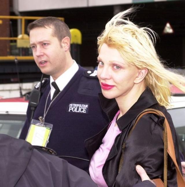 На ее счету бесчисленное количество правонарушений: она выбивала окна своего собственного дома, крушила мебель в отелях, устраивала дебоши на борту самолета, нападала на полицейских - в общем все, как подобает рок-звезде.