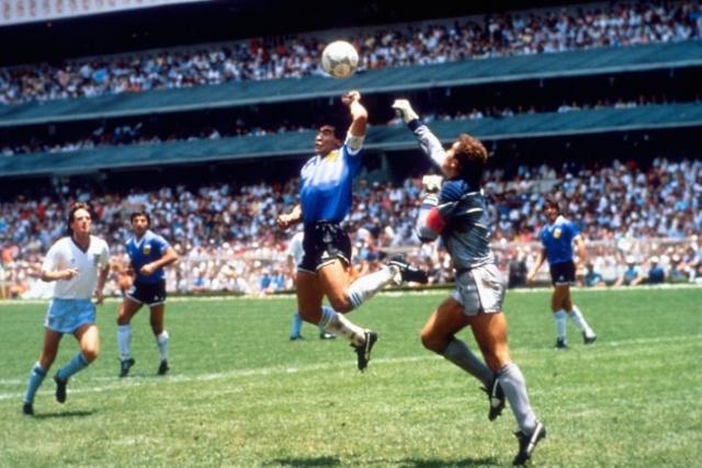 1986. В четвертьфинальном матче Аргентина - Англия (2:0) Марадона забил один из двух своих голов рукой . Это видели все, кроме арбитра.